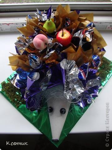 Ёжик из конфет фото 2
