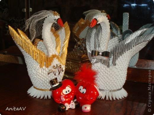 Однажды я начала готовиться к свадьбе... Как и каждая невеста, я стремилась украсить свой праздник. Я вспомнила, что когда-то мне попадались на глаза красивые бумажные лебеди. Но как такую красоту можно сделать? Начала искать и... нашла... Страну Мастеров. Решилась делать. Работу делала по известному МК Т.Н. Просняковой.   фото 9