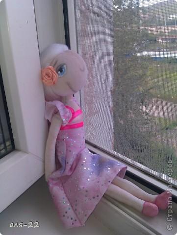 Этой девушке нравятся все оттенки розового и цветы. фото 2