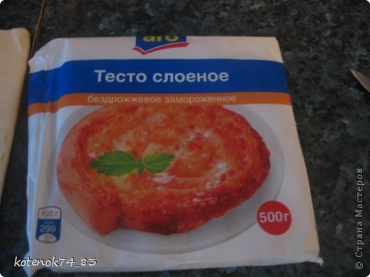 Эти вкусные порционные лодочки подойдут и для праздника и для семейного ужина... Оригинал рецепта находится вот здесь http://www.stranamam.ru/post/948810/  Понадобится... картофель - 1 кг. мясо (любое- но лучше курицу - нежнее и вкуснее) - 400 гр. луковица - 1 большая огурчики соленые -3-4 шт тесто слоеное - 500 гр.(у меня было готовое, бездрожжевое, резаное на квадраты...) яйцо - 1 шт.(смазать лодочки) сыр твердый-50 гр(для посыпки лодочек).  фото 6