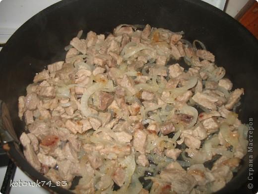 Эти вкусные порционные лодочки подойдут и для праздника и для семейного ужина... Оригинал рецепта находится вот здесь http://www.stranamam.ru/post/948810/  Понадобится... картофель - 1 кг. мясо (любое- но лучше курицу - нежнее и вкуснее) - 400 гр. луковица - 1 большая огурчики соленые -3-4 шт тесто слоеное - 500 гр.(у меня было готовое, бездрожжевое, резаное на квадраты...) яйцо - 1 шт.(смазать лодочки) сыр твердый-50 гр(для посыпки лодочек).  фото 4