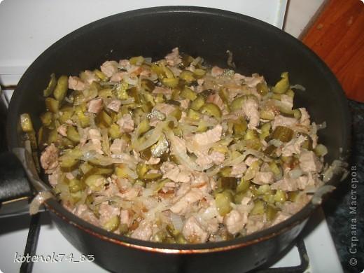 Эти вкусные порционные лодочки подойдут и для праздника и для семейного ужина... Оригинал рецепта находится вот здесь http://www.stranamam.ru/post/948810/  Понадобится... картофель - 1 кг. мясо (любое- но лучше курицу - нежнее и вкуснее) - 400 гр. луковица - 1 большая огурчики соленые -3-4 шт тесто слоеное - 500 гр.(у меня было готовое, бездрожжевое, резаное на квадраты...) яйцо - 1 шт.(смазать лодочки) сыр твердый-50 гр(для посыпки лодочек).  фото 5