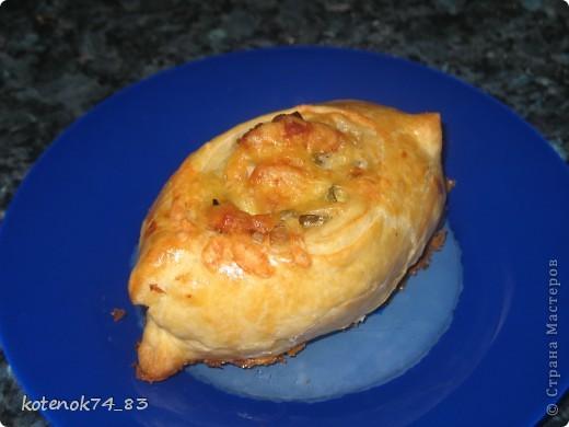 Эти вкусные порционные лодочки подойдут и для праздника и для семейного ужина... Оригинал рецепта находится вот здесь http://www.stranamam.ru/post/948810/  Понадобится... картофель - 1 кг. мясо (любое- но лучше курицу - нежнее и вкуснее) - 400 гр. луковица - 1 большая огурчики соленые -3-4 шт тесто слоеное - 500 гр.(у меня было готовое, бездрожжевое, резаное на квадраты...) яйцо - 1 шт.(смазать лодочки) сыр твердый-50 гр(для посыпки лодочек).  фото 1