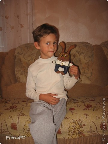 После вот этой кошечки для дочки http://stranamasterov.ru/node/203230 и вот этого кота для племянника http://stranamasterov.ru/node/221287 мой сынок давно просил сделать игрушку и для него. Тут и повод подходящий - 1 сентября он идет в первый класс! Вот и решила я сделать игрушку в качестве небольшого подарка к этому значимому в его жизни событию.  Решить-то решила, а вот материализовать для себя эту идею никак не получалось, фантазия подвела)  Тут мне на помощь пришла Koluchka83 и ее муж с его талантом художника, за что им ОГРОМНОЕ СПАСИБО! Он придумал и нарисовал образ этого кролика-школьника. Как только я его увидела, так у меня руки и зачесались.  А срисовать с картинки для меня всегда было нетрудно. И вот результат вчерашнего вечера. Все как положено настоящему первоклашке: белая рубашка, брючки на ремне, портфель, очки, потому как очень умный:) фото 5