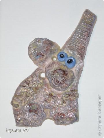 Говорят, что слоны с хоботом вверх приносят удачу. Такого поющего слона видела на сайте СМ, только в тканном варианте, автора, к сожалению, не помню. фото 1