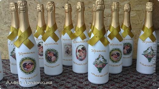 Моя родная сестренка 6 августа вышла замуж. Я хотела подарить ей бокалы и бутылку, оформленные своими руками. А она одновременно с моими мыслями решила сама себе сделать бокалы, в связи с эти наши усилия объединились и я хотела бы продемонстрировать, что из этого получилось. Судить вам, дорогие мастерицы! фото 7