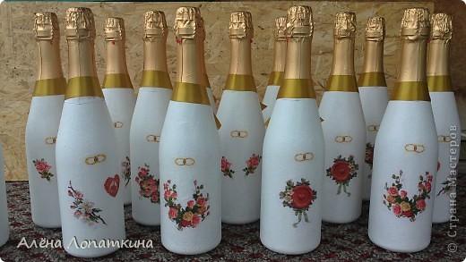 Моя родная сестренка 6 августа вышла замуж. Я хотела подарить ей бокалы и бутылку, оформленные своими руками. А она одновременно с моими мыслями решила сама себе сделать бокалы, в связи с эти наши усилия объединились и я хотела бы продемонстрировать, что из этого получилось. Судить вам, дорогие мастерицы! фото 8