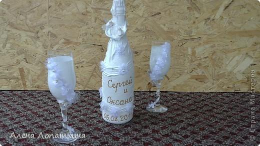 Моя родная сестренка 6 августа вышла замуж. Я хотела подарить ей бокалы и бутылку, оформленные своими руками. А она одновременно с моими мыслями решила сама себе сделать бокалы, в связи с эти наши усилия объединились и я хотела бы продемонстрировать, что из этого получилось. Судить вам, дорогие мастерицы! фото 3