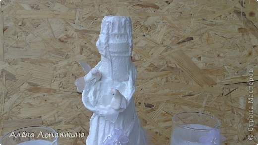 Моя родная сестренка 6 августа вышла замуж. Я хотела подарить ей бокалы и бутылку, оформленные своими руками. А она одновременно с моими мыслями решила сама себе сделать бокалы, в связи с эти наши усилия объединились и я хотела бы продемонстрировать, что из этого получилось. Судить вам, дорогие мастерицы! фото 5