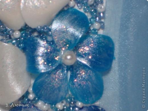 Бутылка планировалась в нежно-голубых и белых тонах. Но при запекании голубые цветы из пластики потемнели. фото 3