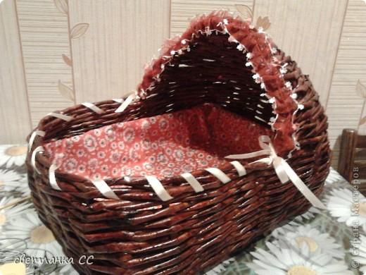Крестнице в подарок сплела из газеты люлечку для кукол. фото 1
