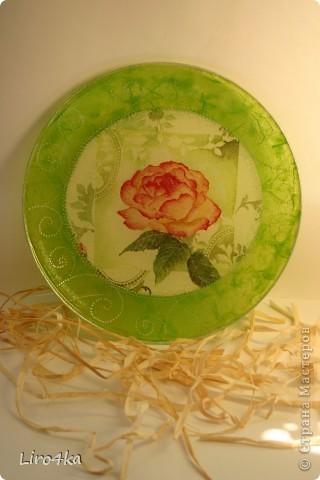 Стеклянная тарелка, обратный декупаж. Попробовала нанести узор контуром (серебро). Правда, на фото плохо видно. Зеленый фон - рисовая бумага. фото 1