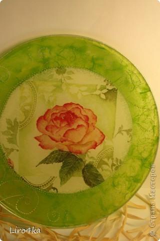 Стеклянная тарелка, обратный декупаж. Попробовала нанести узор контуром (серебро). Правда, на фото плохо видно. Зеленый фон - рисовая бумага. фото 2