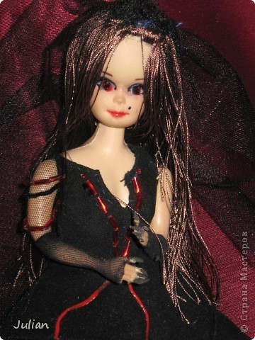 Нашла я у себя дома старую куклу, думала что бы с ней сделать, потом решила сделать вампиршу, вот что получилось фото 2