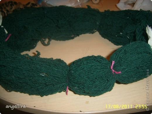 Ну вот, наконец то я доделала коврик из помпонов, чему очень рада. Он не большой, но очень мягкий и уютный, а самое главное, что мне очень понравилось. что можно использовать любую пряжу, непригодную для вязания. А её у меня хватает! фото 4