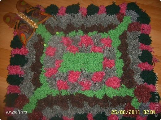 Ну вот, наконец то я доделала коврик из помпонов, чему очень рада. Он не большой, но очень мягкий и уютный, а самое главное, что мне очень понравилось. что можно использовать любую пряжу, непригодную для вязания. А её у меня хватает! фото 1