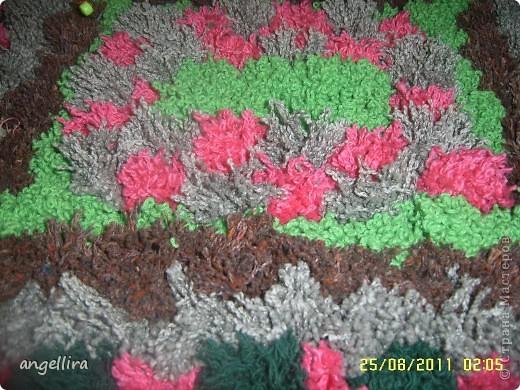 Ну вот, наконец то я доделала коврик из помпонов, чему очень рада. Он не большой, но очень мягкий и уютный, а самое главное, что мне очень понравилось. что можно использовать любую пряжу, непригодную для вязания. А её у меня хватает! фото 2
