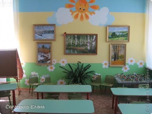 Хочу показать свою изостудию в детском саду. Дизайн комнаты,  эскиз мебели, ремонт, роспись стен, стульев, картины  - всё своими руками. Это центральная стена. Солнышко, раздвинув тучки показывает картины с временами года. фото 1