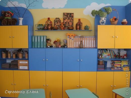 Хочу показать свою изостудию в детском саду. Дизайн комнаты,  эскиз мебели, ремонт, роспись стен, стульев, картины  - всё своими руками. Это центральная стена. Солнышко, раздвинув тучки показывает картины с временами года. фото 3