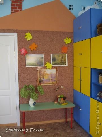 Хочу показать свою изостудию в детском саду. Дизайн комнаты,  эскиз мебели, ремонт, роспись стен, стульев, картины  - всё своими руками. Это центральная стена. Солнышко, раздвинув тучки показывает картины с временами года. фото 5
