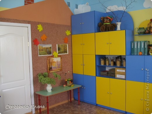 Хочу показать свою изостудию в детском саду. Дизайн комнаты,  эскиз мебели, ремонт, роспись стен, стульев, картины  - всё своими руками. Это центральная стена. Солнышко, раздвинув тучки показывает картины с временами года. фото 4