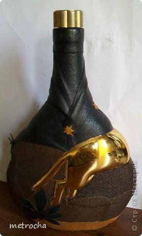 Бутылка с золотой пантерой, не знаю из-под чего. Отделала цветной кожей. фото 2