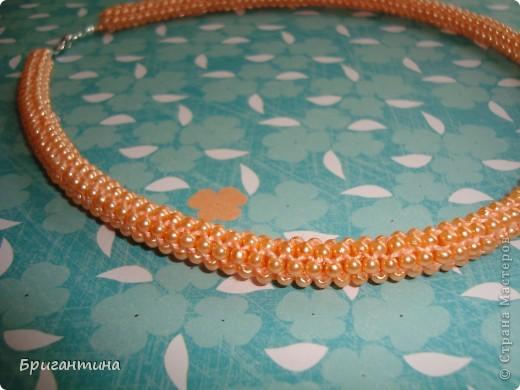 """Ещё одно ожерелье для мамы. Здесь первое http://stranamasterov.ru/node/159390. Купила бусинки ярко-персикого цвета и использовала прочные нитки """"Ирис"""" в тон бусин. Плести из круглых бусинок одно удовольствие, быстрый и аккуратный результат! фото 2"""