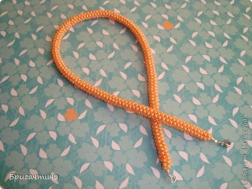 """Ещё одно ожерелье для мамы. Здесь первое http://stranamasterov.ru/node/159390. Купила бусинки ярко-персикого цвета и использовала прочные нитки """"Ирис"""" в тон бусин. Плести из круглых бусинок одно удовольствие, быстрый и аккуратный результат! фото 4"""