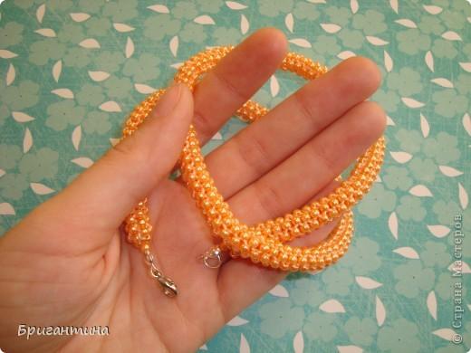 """Ещё одно ожерелье для мамы. Здесь первое http://stranamasterov.ru/node/159390. Купила бусинки ярко-персикого цвета и использовала прочные нитки """"Ирис"""" в тон бусин. Плести из круглых бусинок одно удовольствие, быстрый и аккуратный результат! фото 6"""