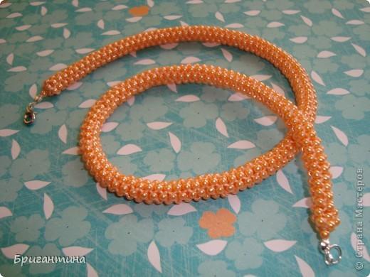 """Ещё одно ожерелье для мамы. Здесь первое http://stranamasterov.ru/node/159390. Купила бусинки ярко-персикого цвета и использовала прочные нитки """"Ирис"""" в тон бусин. Плести из круглых бусинок одно удовольствие, быстрый и аккуратный результат! фото 1"""