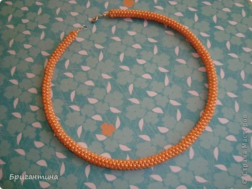 """Ещё одно ожерелье для мамы. Здесь первое http://stranamasterov.ru/node/159390. Купила бусинки ярко-персикого цвета и использовала прочные нитки """"Ирис"""" в тон бусин. Плести из круглых бусинок одно удовольствие, быстрый и аккуратный результат! фото 3"""