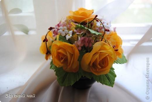 Желтенькие розы в простейшей круглой композиции