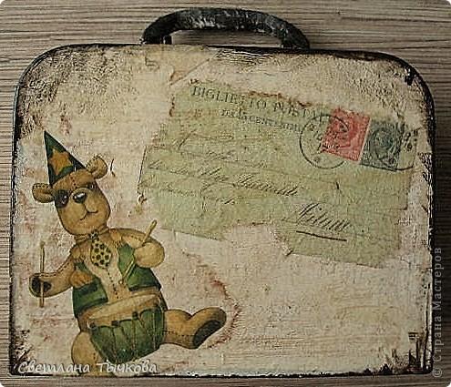 Изначально был в этом чемоданчике подарок сына-кофейный набор на две персоны.Чашки давно выставлены на полку,а в самом чемоданчике хранились разные нужные мне вещицы. фото 2