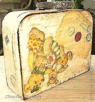 Изначально был в этом чемоданчике подарок сына-кофейный набор на две персоны.Чашки давно выставлены на полку,а в самом чемоданчике хранились разные нужные мне вещицы. фото 8