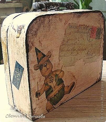 Изначально был в этом чемоданчике подарок сына-кофейный набор на две персоны.Чашки давно выставлены на полку,а в самом чемоданчике хранились разные нужные мне вещицы. фото 9