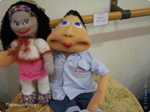 """Привет, Страна! Сегодня в Хайфе открылась всеизраильская выставка кукол под девизом """"Выходя за рамки"""".Были и наши, израильские мастера и мастерицы, и гости из России. Выставка продлится всего 4 дня, поэтому я, подхватив одной рукой ребёнка, а второй - фотоаппарат, помчалась на выставку. Представляю Вам маленький отчёт нашего с Данькой похода. фото 2"""