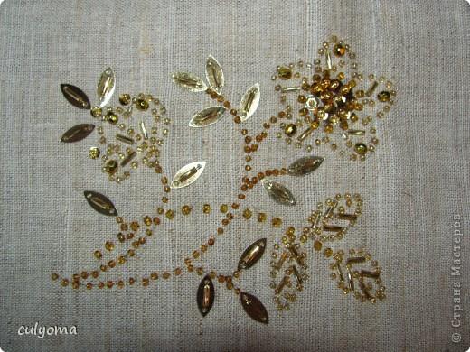 Вот такой золотой цветочек из бисера и пайеток у меня получился. фото 1