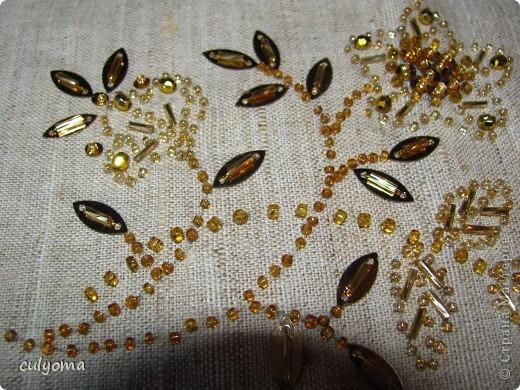Вот такой золотой цветочек из бисера и пайеток у меня получился. фото 3