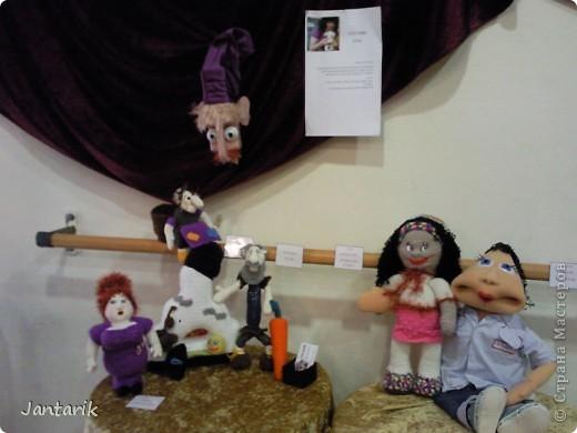 """С 25 по 28 августа в городе Хайфа проходит выставка кукол.на тему"""" Выйти за рамки"""".Об этом уже рассказала ПартизАнка в своём блоге. В этой выставке принимала участие и я.Это было для меня что-то абсолютно новое и я чувствовала себя Золушкой на балу.На этой выставке замечательные мастера представили свои работы.и что за работы!!!!! Вот мой скромный столик. фото 1"""