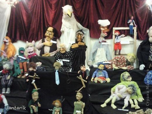 """С 25 по 28 августа в городе Хайфа проходит выставка кукол.на тему"""" Выйти за рамки"""".Об этом уже рассказала ПартизАнка в своём блоге. В этой выставке принимала участие и я.Это было для меня что-то абсолютно новое и я чувствовала себя Золушкой на балу.На этой выставке замечательные мастера представили свои работы.и что за работы!!!!! Вот мой скромный столик. фото 7"""
