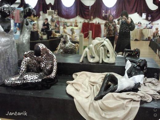 """С 25 по 28 августа в городе Хайфа проходит выставка кукол.на тему"""" Выйти за рамки"""".Об этом уже рассказала ПартизАнка в своём блоге. В этой выставке принимала участие и я.Это было для меня что-то абсолютно новое и я чувствовала себя Золушкой на балу.На этой выставке замечательные мастера представили свои работы.и что за работы!!!!! Вот мой скромный столик. фото 8"""