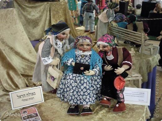 """С 25 по 28 августа в городе Хайфа проходит выставка кукол.на тему"""" Выйти за рамки"""".Об этом уже рассказала ПартизАнка в своём блоге. В этой выставке принимала участие и я.Это было для меня что-то абсолютно новое и я чувствовала себя Золушкой на балу.На этой выставке замечательные мастера представили свои работы.и что за работы!!!!! Вот мой скромный столик. фото 9"""