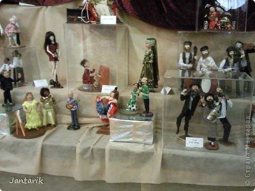 """С 25 по 28 августа в городе Хайфа проходит выставка кукол.на тему"""" Выйти за рамки"""".Об этом уже рассказала ПартизАнка в своём блоге. В этой выставке принимала участие и я.Это было для меня что-то абсолютно новое и я чувствовала себя Золушкой на балу.На этой выставке замечательные мастера представили свои работы.и что за работы!!!!! Вот мой скромный столик. фото 10"""