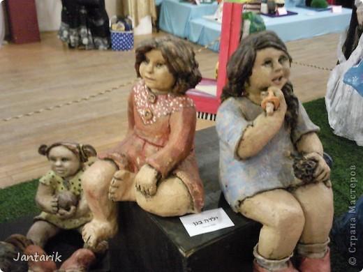 """С 25 по 28 августа в городе Хайфа проходит выставка кукол.на тему"""" Выйти за рамки"""".Об этом уже рассказала ПартизАнка в своём блоге. В этой выставке принимала участие и я.Это было для меня что-то абсолютно новое и я чувствовала себя Золушкой на балу.На этой выставке замечательные мастера представили свои работы.и что за работы!!!!! Вот мой скромный столик. фото 11"""