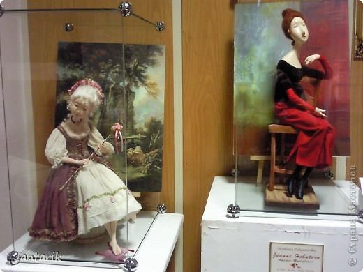 """С 25 по 28 августа в городе Хайфа проходит выставка кукол.на тему"""" Выйти за рамки"""".Об этом уже рассказала ПартизАнка в своём блоге. В этой выставке принимала участие и я.Это было для меня что-то абсолютно новое и я чувствовала себя Золушкой на балу.На этой выставке замечательные мастера представили свои работы.и что за работы!!!!! Вот мой скромный столик. фото 15"""