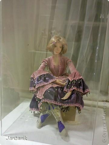 """С 25 по 28 августа в городе Хайфа проходит выставка кукол.на тему"""" Выйти за рамки"""".Об этом уже рассказала ПартизАнка в своём блоге. В этой выставке принимала участие и я.Это было для меня что-то абсолютно новое и я чувствовала себя Золушкой на балу.На этой выставке замечательные мастера представили свои работы.и что за работы!!!!! Вот мой скромный столик. фото 16"""