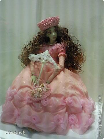 """С 25 по 28 августа в городе Хайфа проходит выставка кукол.на тему"""" Выйти за рамки"""".Об этом уже рассказала ПартизАнка в своём блоге. В этой выставке принимала участие и я.Это было для меня что-то абсолютно новое и я чувствовала себя Золушкой на балу.На этой выставке замечательные мастера представили свои работы.и что за работы!!!!! Вот мой скромный столик. фото 17"""