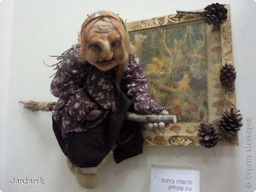 """С 25 по 28 августа в городе Хайфа проходит выставка кукол.на тему"""" Выйти за рамки"""".Об этом уже рассказала ПартизАнка в своём блоге. В этой выставке принимала участие и я.Это было для меня что-то абсолютно новое и я чувствовала себя Золушкой на балу.На этой выставке замечательные мастера представили свои работы.и что за работы!!!!! Вот мой скромный столик. фото 26"""
