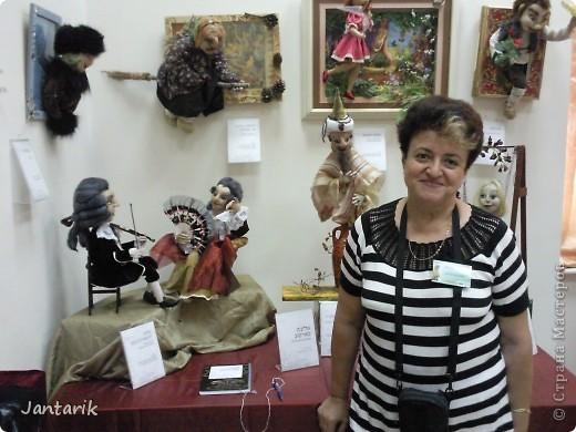"""С 25 по 28 августа в городе Хайфа проходит выставка кукол.на тему"""" Выйти за рамки"""".Об этом уже рассказала ПартизАнка в своём блоге. В этой выставке принимала участие и я.Это было для меня что-то абсолютно новое и я чувствовала себя Золушкой на балу.На этой выставке замечательные мастера представили свои работы.и что за работы!!!!! Вот мой скромный столик. фото 25"""