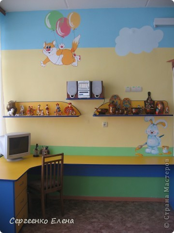 Хочу показать свою изостудию в детском саду. Дизайн комнаты,  эскиз мебели, ремонт, роспись стен, стульев, картины  - всё своими руками. Это центральная стена. Солнышко, раздвинув тучки показывает картины с временами года. фото 8